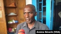 Jean-Pierre Koubandza déplore que l'Etat n'ait pas suivi les doléances des parents de victimes, à Brazzaville, le 11 mai 2018. (VOA/Arsène Séverin)