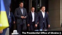 Президент України Володимир Зеленський (крайній праворуч) та його помічники у Берліні під час робочого візиту до Німенччини 11 липня 2021 р.