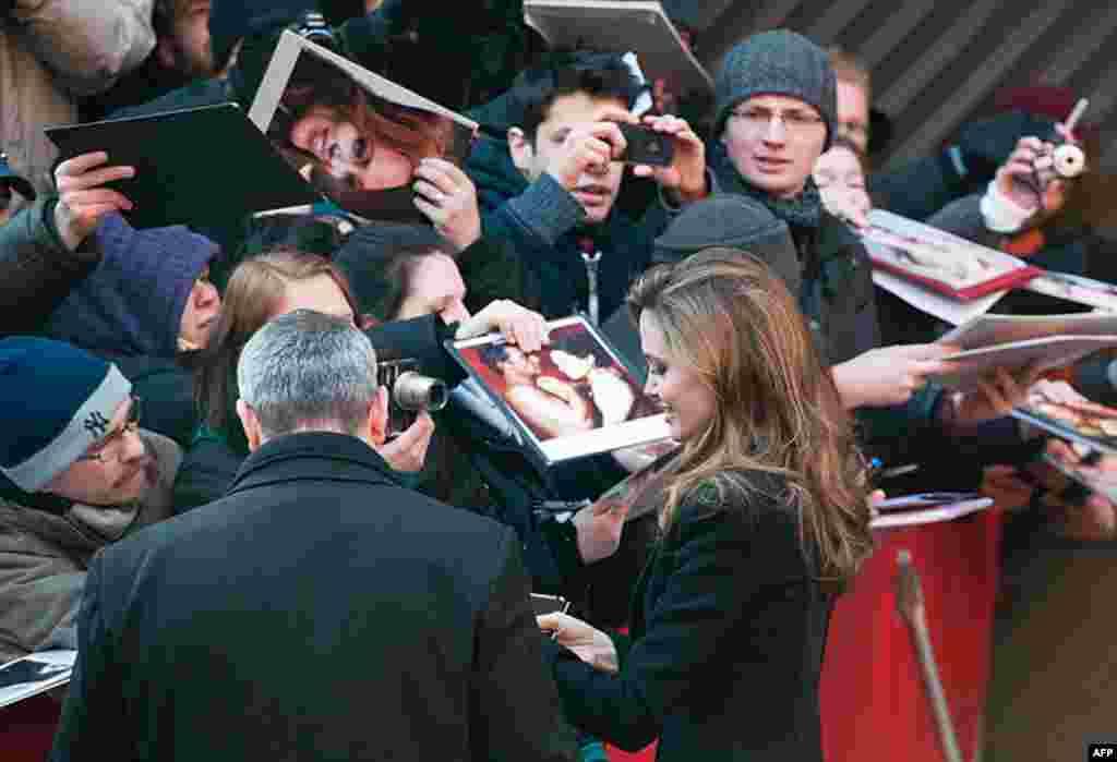 """Anđelina Džoli potpisuje autograme pred konferenciju za novinare za svoj film """"U zemlji krvi i meda"""" u Berlinu, 11. februara 2012. (AP)"""
