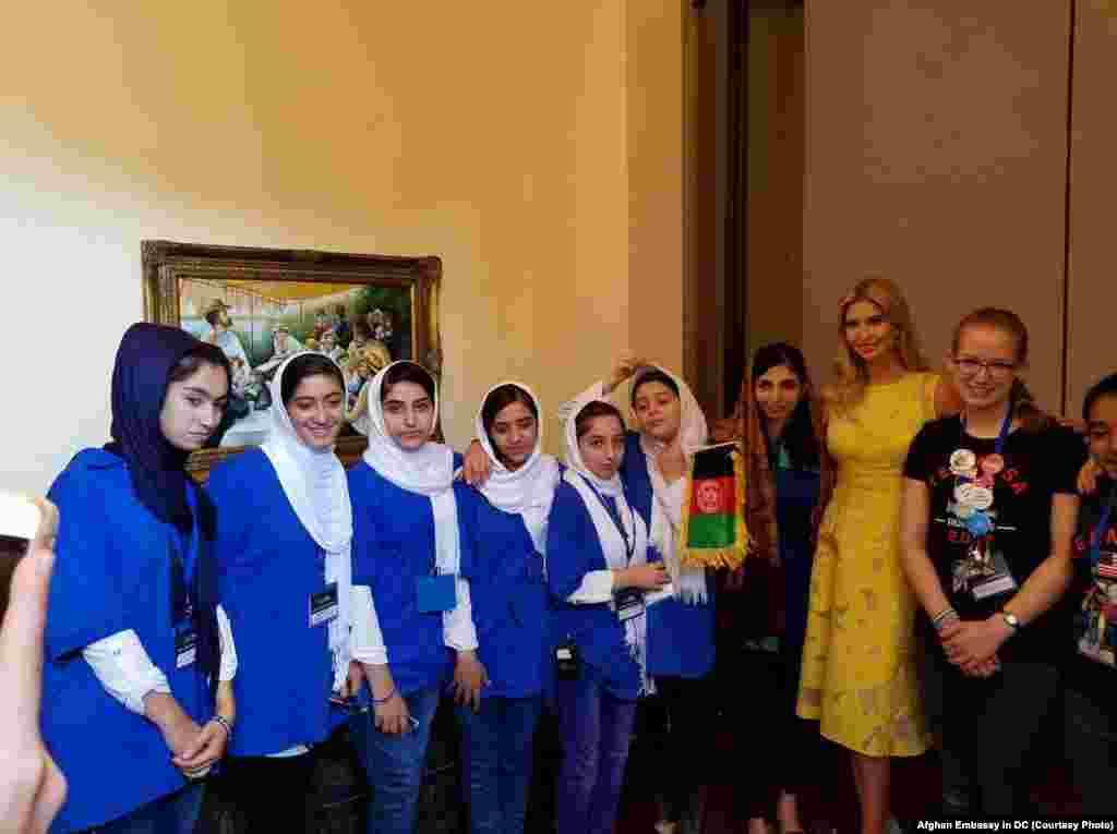 ایوانکا ترمپ، دختر دونالد ترمپ رئیس جمهور ایالات متحده از تیم دختران افغان استقبال کرد.