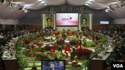 """33 jefes de Gobierno asistentes a la cumbre decidieron constituir la CELAC como """"espacio regional propio que una a todos los estados""""."""