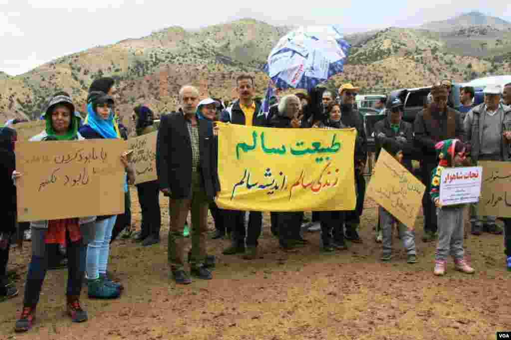 اجتماع جمعی از حامیان محیط زیست شاهرود در اعتراض به برداشت معادن در کوه شاهوار عکس: (ارسالی شما)