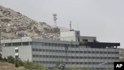 喀布爾洲際酒店被襲擊後建築物頂部被火燒黑