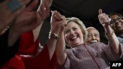 Ứng cử viên tổng thống của đảng Dân chủ, cựu Ngoại trưởng Mỹ Hillary Clinton chào người ủng hộ tại một cuộc gặp gỡ trong đêm bầu cử chính ngày 19 tháng 4 năm 2016 tại thành phố New York.