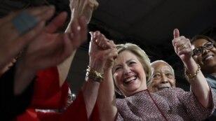 힐러리 클린턴 민주당 대선 후보가 지난달 19일 뉴욕시 유세에서 지지자들의 환영에 답하고 있다. (자료사진)