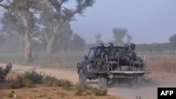 Wanajeshi wa Cameroon wakipiga doria Machi 21, 2019, nje ya kijiji cha Mosogo katika mkoa wa Far North wa nchi hiyo ambako wapiganaji wa Boko Haram jihadist wamekuwa wakishambulia tangu owaka 2013.