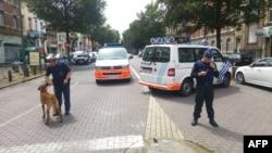 Des policiers belges patrouillent la garde sur une avenue, dans le quartier d'Etterbeek, à Bruxelles, 17 juin 2016.