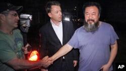 6月22日艾未未在住宅外面和记者握手