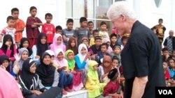 Mantan Presiden AS Bill Clinton memotivasi anak-anak korban tsunami di Aceh saat berkunjung bulan Juli lalu (foto: dok).