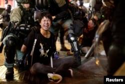 7일 홍콩 왕자오 경찰서 앞에서 경찰들이 시위 참가자를 체포하고 있다.