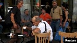 7月20日希臘民眾咖啡店外