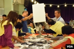 香港區議會投票結束,票站人員進行點票工作。(美國之音湯惠芸攝)