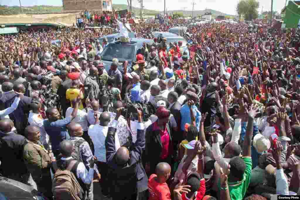 Uhuru Kenyatta akiwahamasisha wakazi wa Embu kwenda kujiandikisha