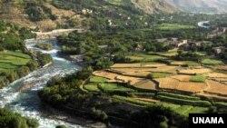 دریایی در افغانستان که در امتداد آن اراضی زراعتی وجود دارد