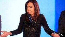 La presidenta argentina Cristina Fernández gesticula durante el discurso de reconocimiento de la derrota de su partido en Buenos Aires.
