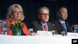 (L-R) Swedish Environment Minister Lena Ek, Thomas Stocker and Dahe Qin of the IPCC working group, Sept. 23, 2013, in Stockholm. The UN's Nobel-winning climate change panel kicked off a meeting to release new projections of global warming.