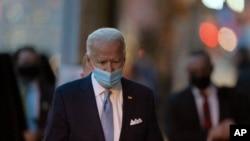 Presiden terpilih Joe Biden berjalan untuk berbicara kepada media saat meninggalkan teater The Queen, Selasa, 24 November 2020, di Wilmington, Delaware, (Foto: AP/Carolyn Kaster)
