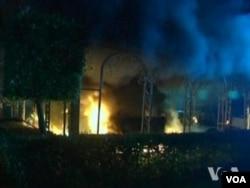2012年9月11日晚上,美国驻利比亚班加西领馆遭伊斯兰武装分子袭击,起火燃烧