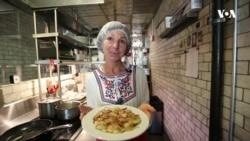 У ресторані Нью-Йорка українська господиня годує американців варениками за родинним рецептом. Відео