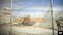 Khu vực có những thiết bị cho trẻ em chơi, bên trong một trại giam gần căn cứ Bagram, để các em có nơi giải trí khi gia đình đến thăm tù nhân trong trại giam