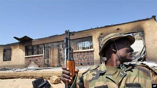 Rundunar sojin Nigeria a Maiduguri ke binciken gida-gida domin gano makaman da 'yan tsagera suka boye.