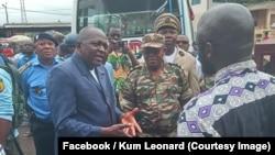 Le gouverneur Okalia Bilaï du Sud-Ouest visite l'une des gares routière de Buea d'où les populations fuient, parfois avec matelas et lits, vers Douala (Sud) ou les régions de l'Ouest ou du Centre, Cameroun, 15 septembre 2018. (Facebook/Kum Leonard)