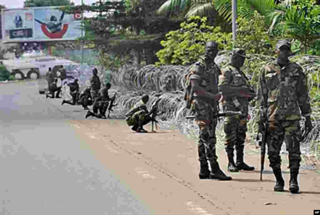 Les membres des Forces Nouvelles près du Golf hôtel, à Abidjan.