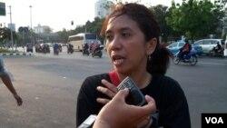 Janda mendiang aktivis Munir, Suciwati mengaku skeptis pemerintahan Jokowi-JK akan mengungkap kasus pembunuhan mendiang suaminya, aktivis Munir Said Thalib (foto: VOA/Andylala Waluyo)
