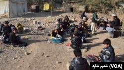 شمالی وزیرستان کے علاقے میر علی میں ایک استاد زمین پر بیٹھے بچوں کی تدریس میں مصروف ہے