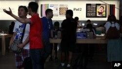 顧客在北京的蘋果商店選購iPad
