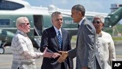 Predsednik Obama se rukuje sa ambasadorom Filipina u SAD i filipinskim sekretarom za odbranu.