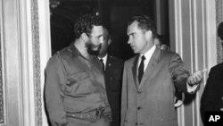 Le Premier ministre cubain Fidel Castro se fait accompagner du vice-président américain Richard Nixon au sortir d'une visite au bureau de ce dernier à Washington, D.C., le 19 avril 1959.