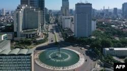 Suasana lengang di sekitar bundaran Hotel Indonesia, Jakarta, saat diberlakukannya PSBB di tengah pandemi Covid-19, 24 Mei 2020.