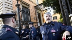 روم میں چلی کی ایمبیسی کے باہر اطالوی پولیس افسران۔