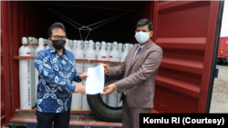 Perwakilan Indonesia menyerahkan bantuan oksigen ke India di pelabuhan Nhava Sheva, Selasa, 8 Juni 2021. (Foto: Kemlu RI)