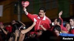 El presidente Nicolás Maduro llega a un mitin de campaña en el estado Bariñas.