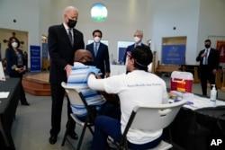 Tổng thống Biden tại một điểm tiêm vắc-xin COVID-19 ở Virginia, có các nhân viên gốc Á; 6/4
