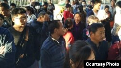 2016年5月13日,中国第一个生物免疫疗法受害群体到国家信访局上访。图为该群体部分成员在信访局外面聚集。(上访患者家属提供)