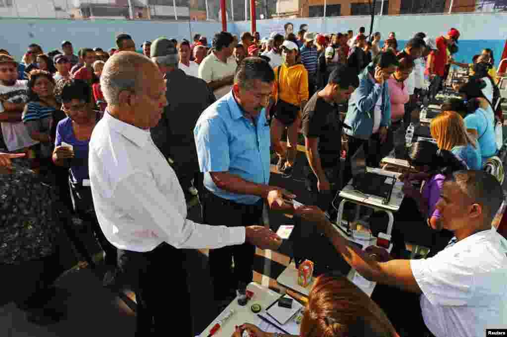 Al mediodía más de 8 millones de venezolanos ya habían salido a votar el domingo 14 de abril.