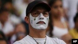 Un fan del equipo de fútbol Atlético Nacional de de Colombia en el homenaje realizado en el estadio Atanasio Girardot de Medellín en honor de los miembros del equipo Chapecoense que murieron en un accidente de aviación.