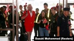 Річард Бренсон в одязі стюардеси авіакомпанії AirAsia, 2013 рік