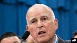 Gobernador Jerry Brown.