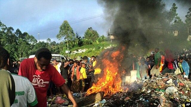 Kepari Leniata yang dituduh menggunakan ilmu sihir, dibakar hidup-hidup oleh penduduk setempat hari Rabu (6/2).
