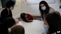 Psiholozi razgovaraju sa decom u psihijatrijskoj jedinici bolnice Robert Debre u Parizu, 2. marta 2021.
