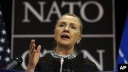 Ngoại trưởng Hoa Kỳ Hillary Clinton phát biểu tại cuộc họp báo ở trụ sở NATO, Brussels, Bỉ, 5/12/2012. (AP)