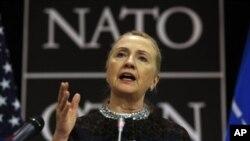 5일 벨기에 브뤼셀 나토 본부의 기자회견장에서 발언하는 힐러리 클린턴 미국 국무 장관.