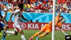 Pemain Costa Rica, Bryan Ruiz (nomor dada 10) melihat bola yang digolkannya melesat di luar jangkauan penjaga gawang Italia Gianluigi Buffon dalam pertandingan Grup D Piala Dunia antara Italia dan Kosta Rika di Arena Pernambuco, Recife, Brazil (20/6/2014).