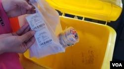 10 gelas plastik kemasan air minum ditukar dengan satu tiket Suroboyo Bus (foto Petrus Riski/VOA).