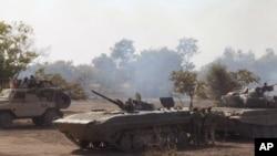 Des militaires nigérians lors d'une attaque contre les extrémistes islamistes dans la forêt Sambisa, Nigeria, 28 avril 2015. (L'Armée nigériane via AP)