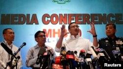 2014年3月16日马来西亚的代理交通部长希山慕丁.侯赛因(右二)在新闻发布会上讲话